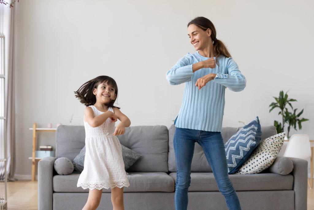 Kind und Nanny tanzen glücklich