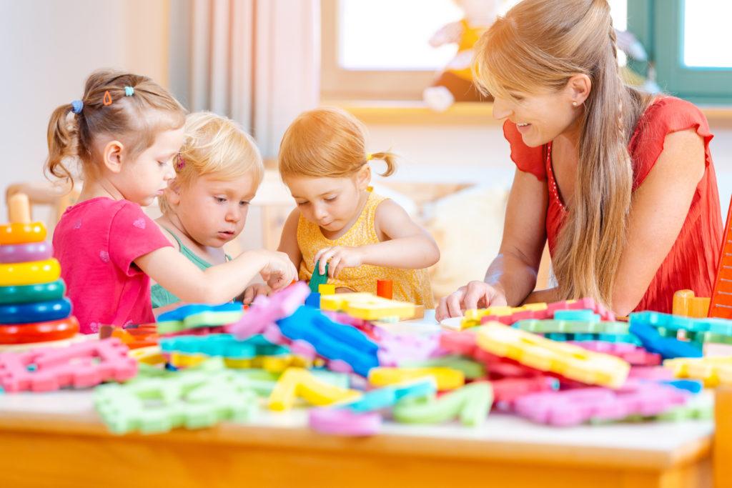 Kinder spielen mit Nanny in Kinderbeteruung