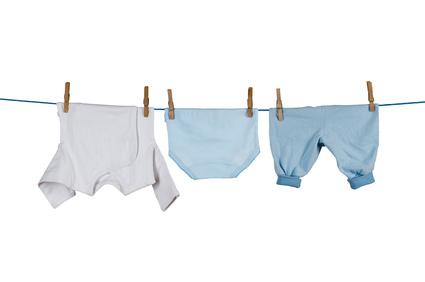 Kleidung hängt an Wäscheleine