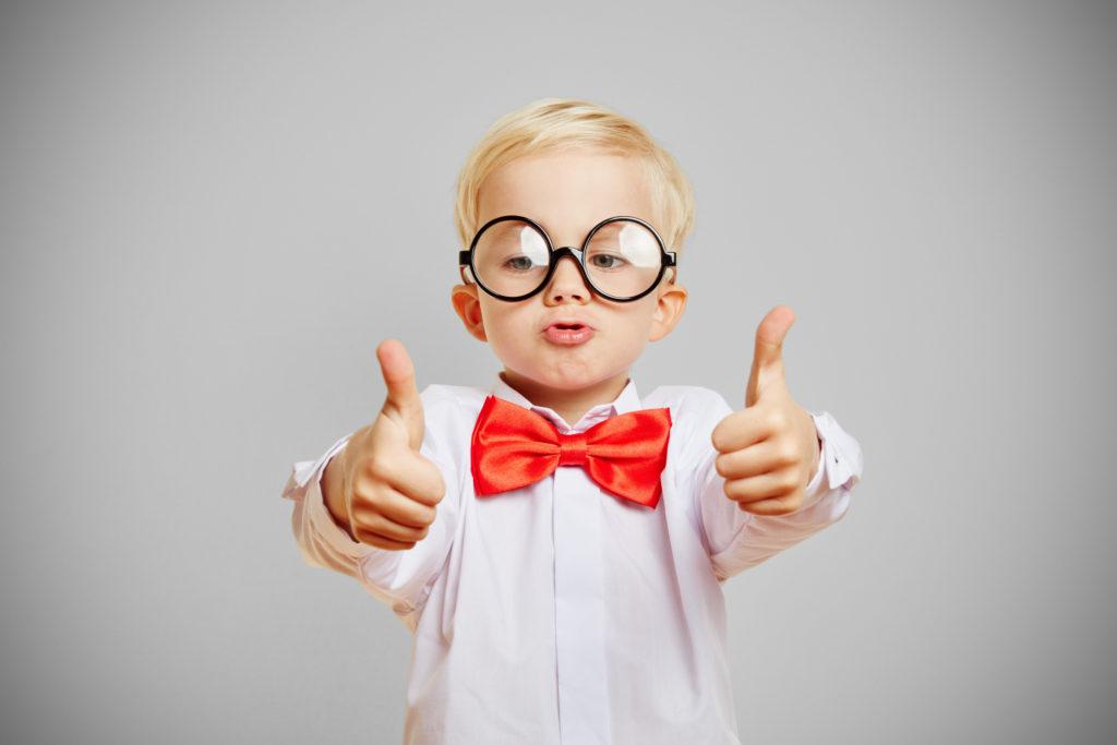 Junge mit Brille gibt Daumen nach oben