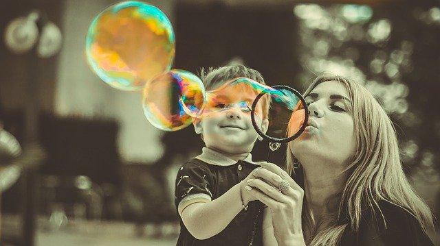 Nanny und Junge machen Seifenblasen