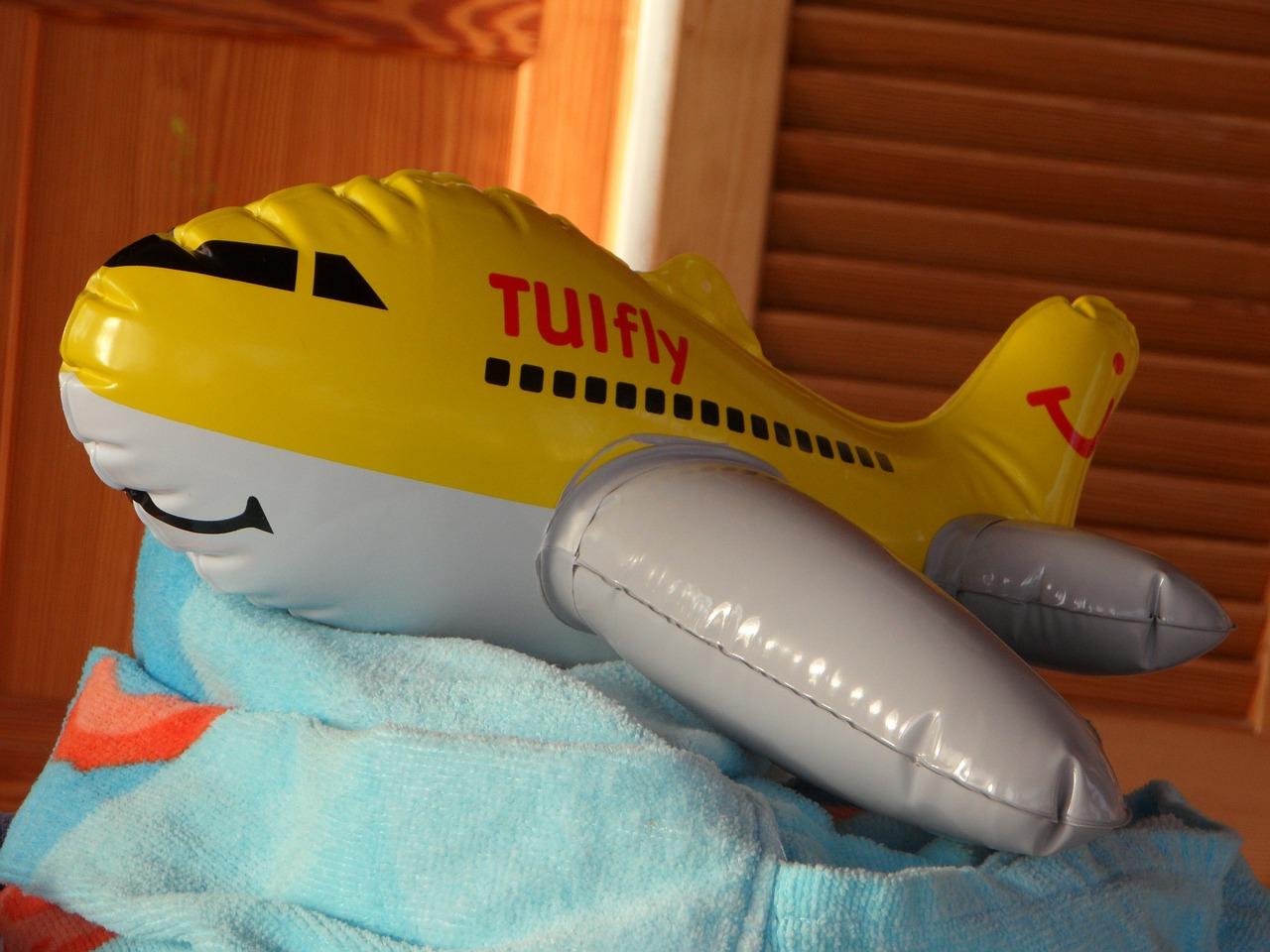 """""""Flugzeug fliegen!"""" – Es geht auf Reisen mit den Kids? Hier kommen 5 wertvolle Tipps"""