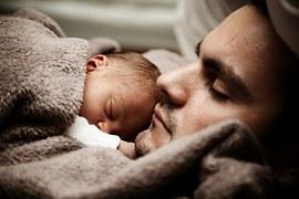 Elternzeit bei Vätern: immer häufiger, aber auch kürzer