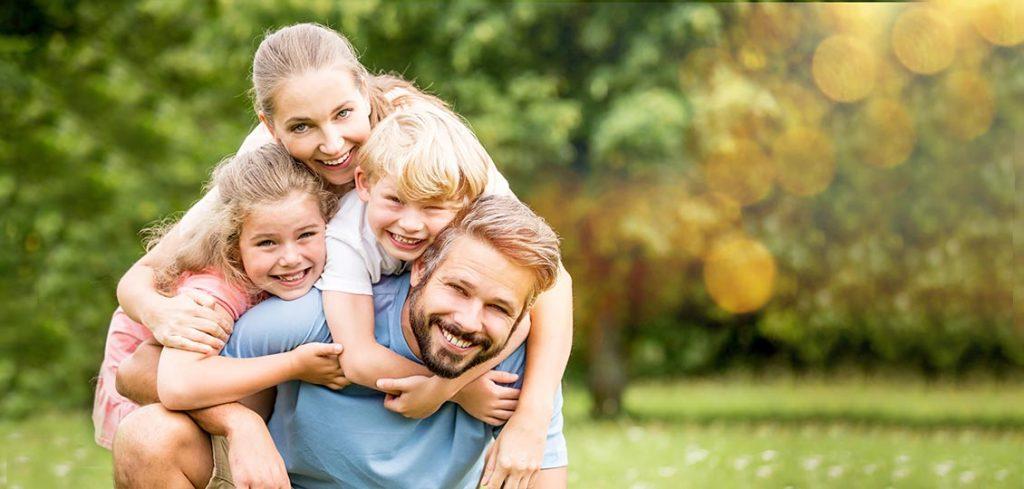 Glückliche Kinder auf Wiese