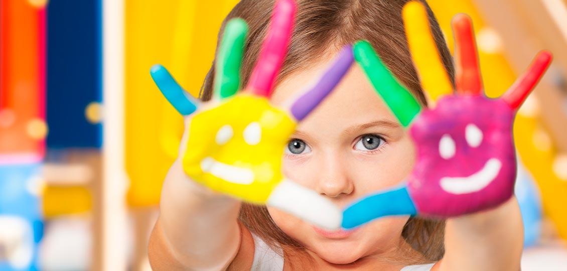 Kind mit angemalten Händen in der Kita