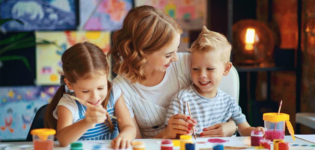 Glückliche Kinder während der privaten Kinderbetreuung
